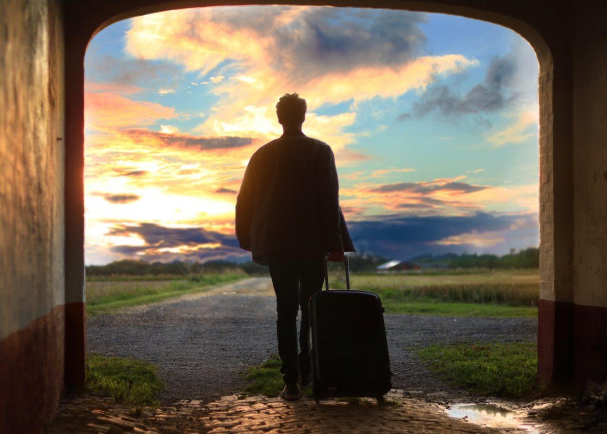 Hombre con una maleta de mano - Imagen destacada para entrada sobre cambio de la política de equipajes de Ryanair