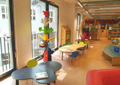 Mesas pequeñas en la biblioteca de Bremen