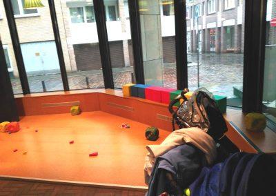 Spielecke - Restaurante Kid friendly en Bremen - Zona de juego del restaurante con suelo de corcho y juguetes.