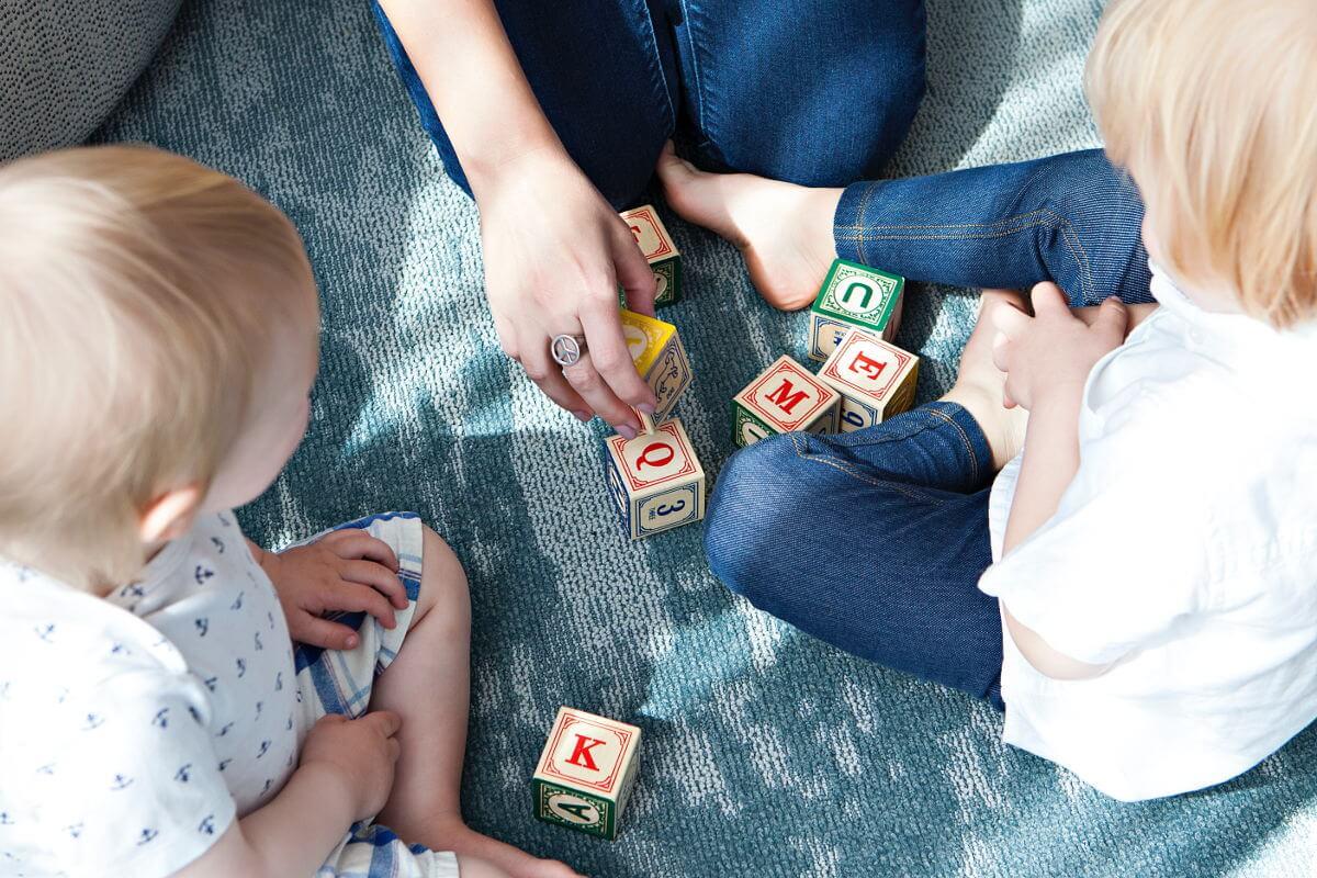 Ocio de interior para niños en invierno en Bremen - Imagen ilustrativa de niños jugando con bloques de construcción