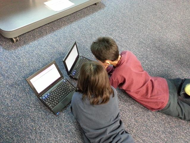 Programa ALCE - Aulas de Lengua y cultura españolas - Clases de español para niños residentes en el extranjero - Imagen ilustrativa, niños estudiando con el ordenador.